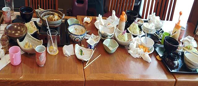 とんかつ屋のテーブル
